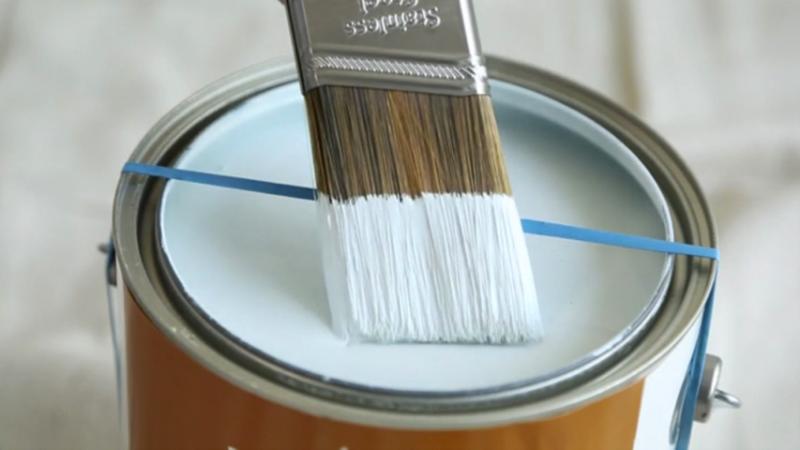 Élastique autour d'un galon de peinture