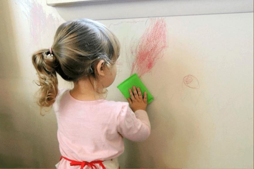 Lavage d'un mur avant la peinture