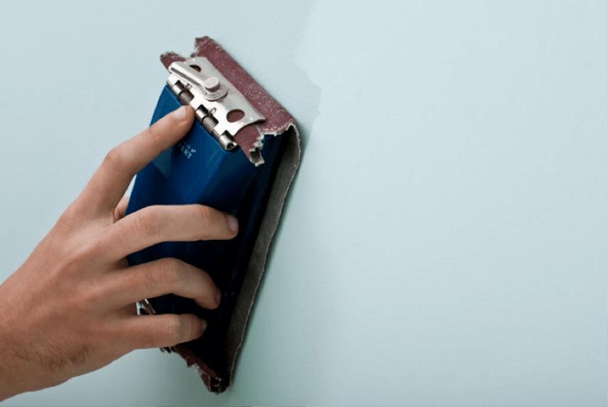 Sabler un mur avant la peinture