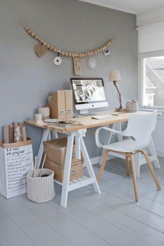 bureau avec mur gris