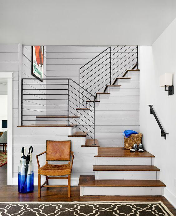 lambris de bois blanc escalier