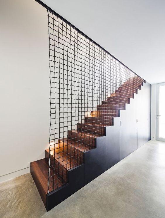 rampe d'escalier en grille de metal noir