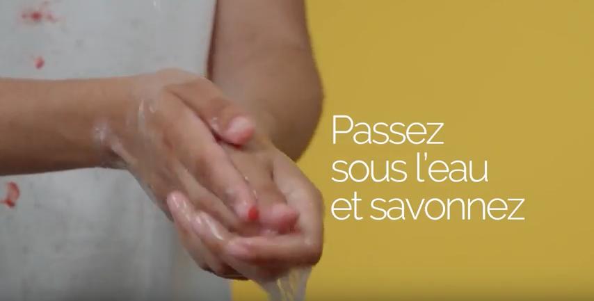 main peinture sous eau savonneuse
