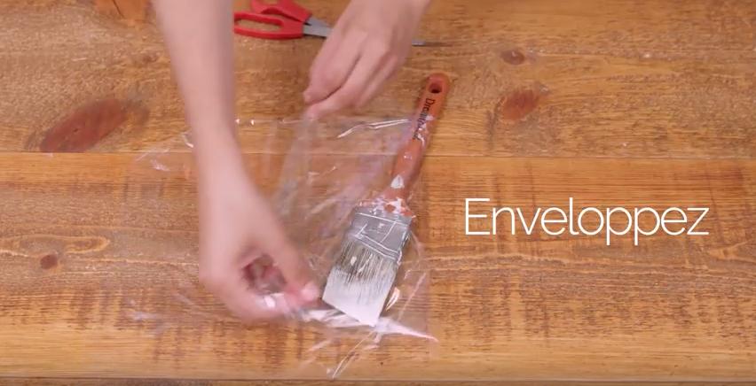 Envelopper pinceau dans pellicule plastique