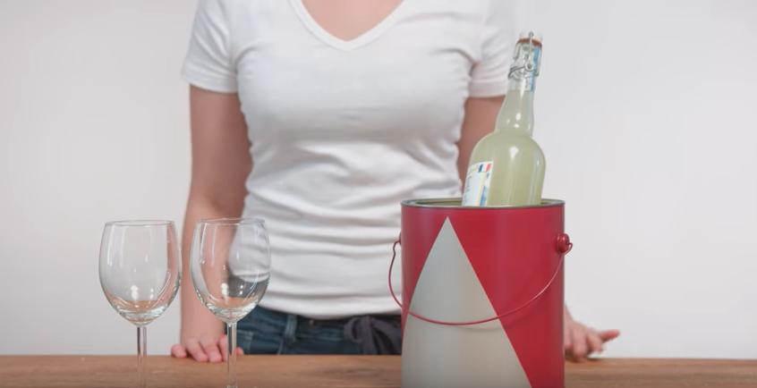 un pot de peinture en sceau à glace