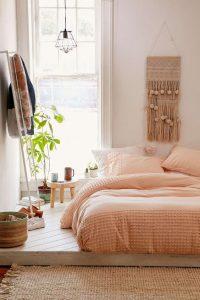 couvre lit orangé dans chambre à coucher