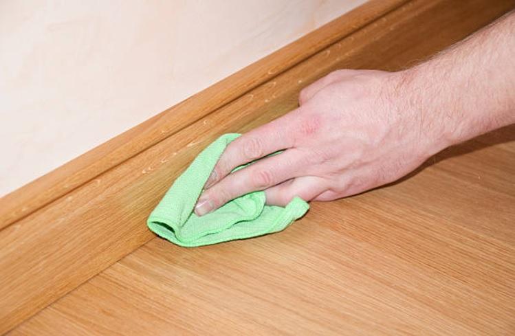 nettoyer les moulures avec un chiffon