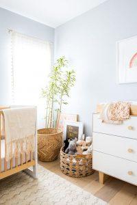 peinturer la chambre bleu poudre et accessoires en bois