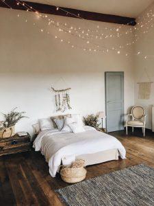 chambre à coucher blanche et porte principale grise verte