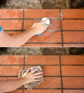frotter la brique pour la nettoyer