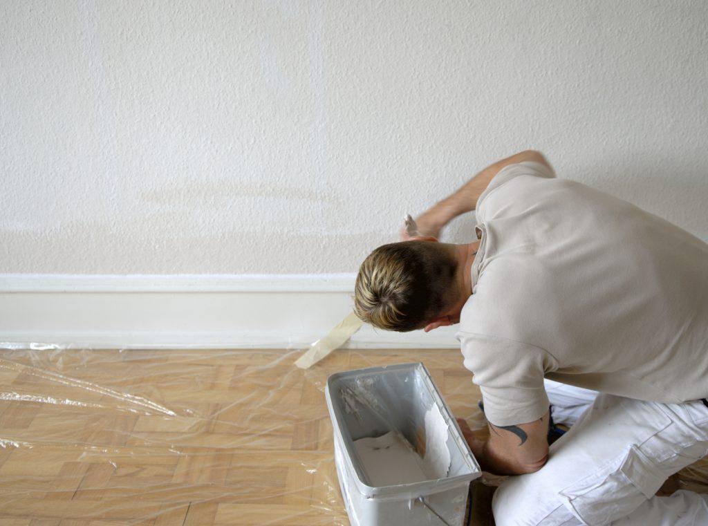 Peindre les moulures avec de petits coups de pinceau
