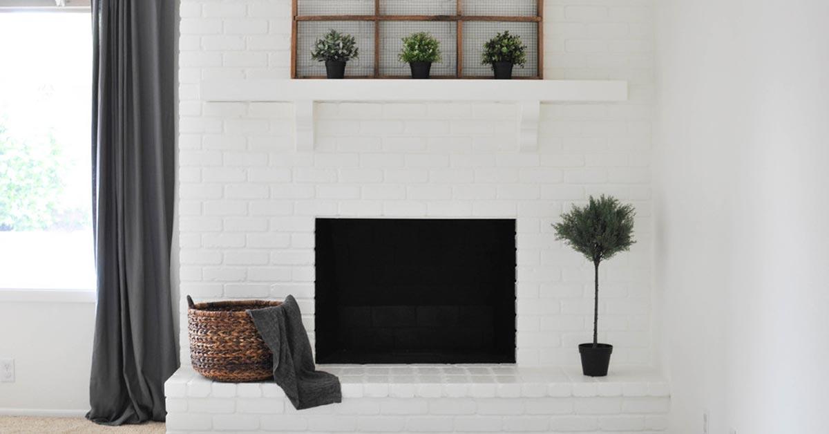 Peinturer de la brique intérieure : transformer sa cheminée