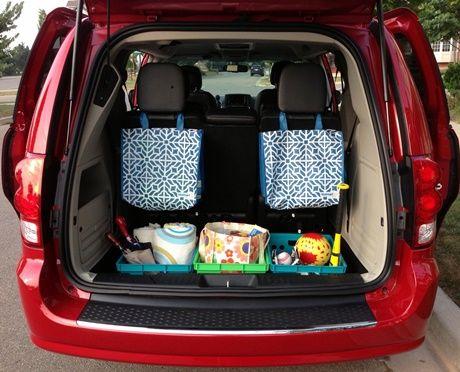 attacher des sacs derrière les bancs pour mettre du matériel dans la voiture