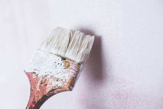 Peinture blanche sur un mur