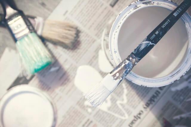 Papier journal en guise de protection pour peinture pas cher