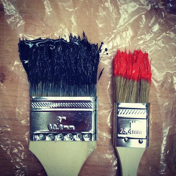 Économiser de la peinture en enveloppant les outils dans du plastique