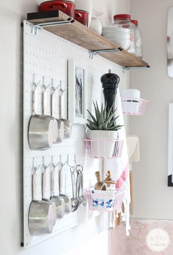 panneau troué mur de cuisine