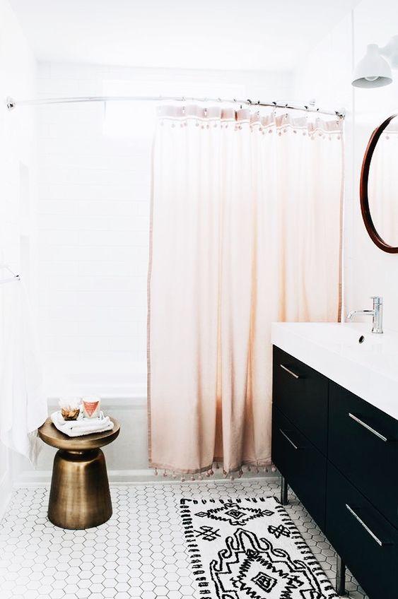 tapis noir et blanc salle de bain