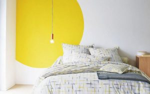 rond de peinture jaune sur mur blanc