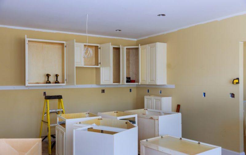 Peinturer ses armoires de cuisine : les pires erreurs à éviter