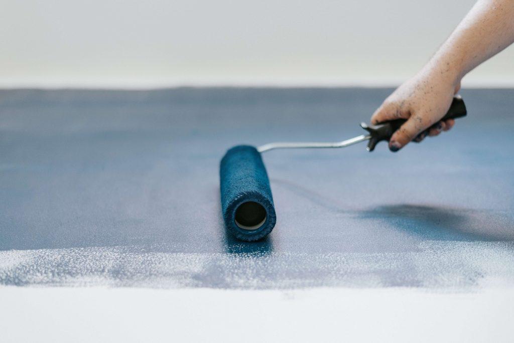 peinture rouleau bleu