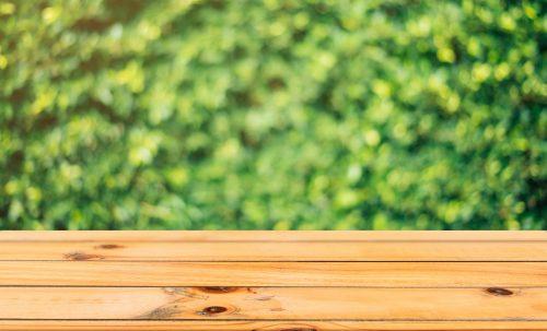 Terrasse extérieure : 7 étapes pour entretenir une table en bois