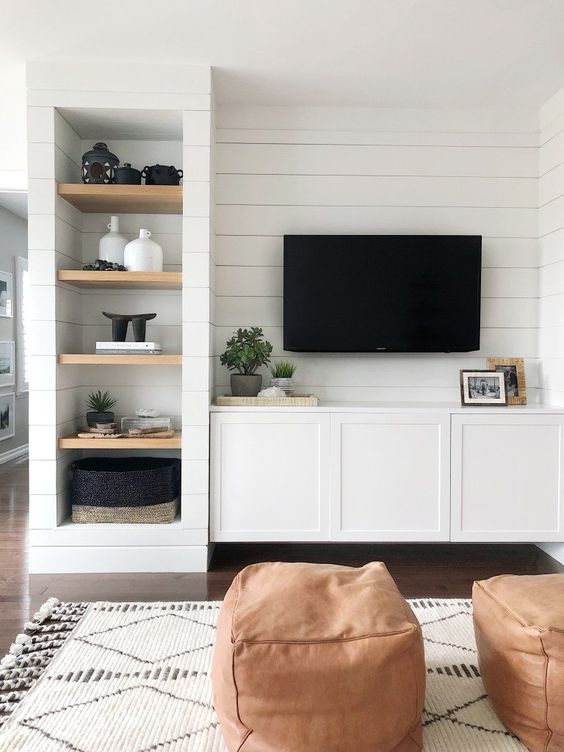 mur de planches blanches avec television fixee au mur