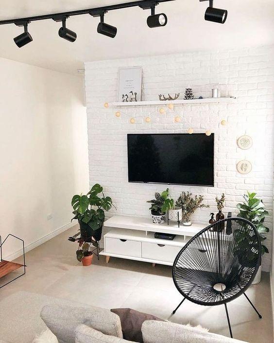 briques blanches television au mur