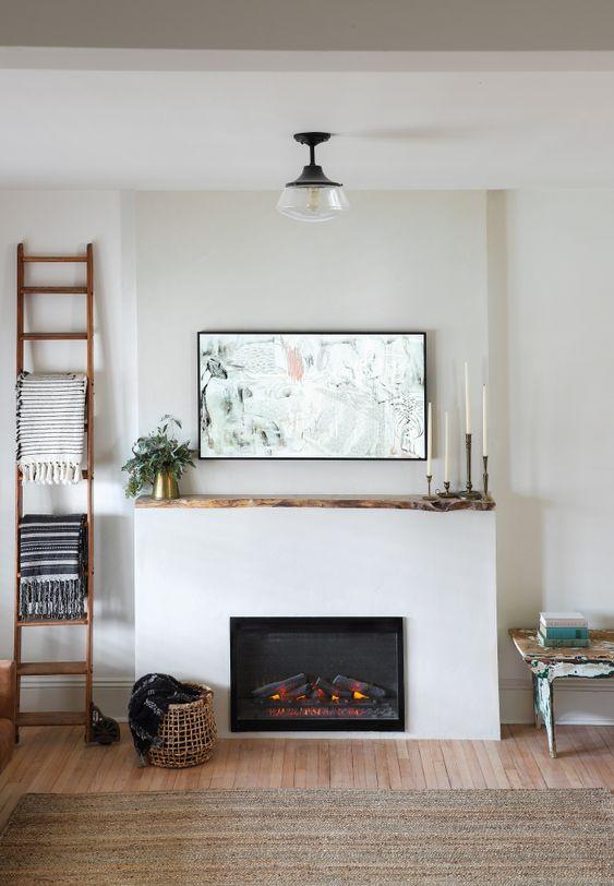 foyer blanc et television accrochee