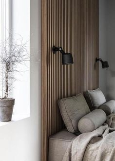 mur en latte de bois de travers