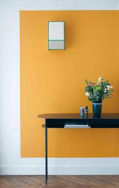 mur blanc avec carre jaune