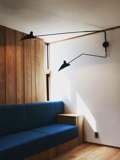 mur en lattes de bois differentes largeurs